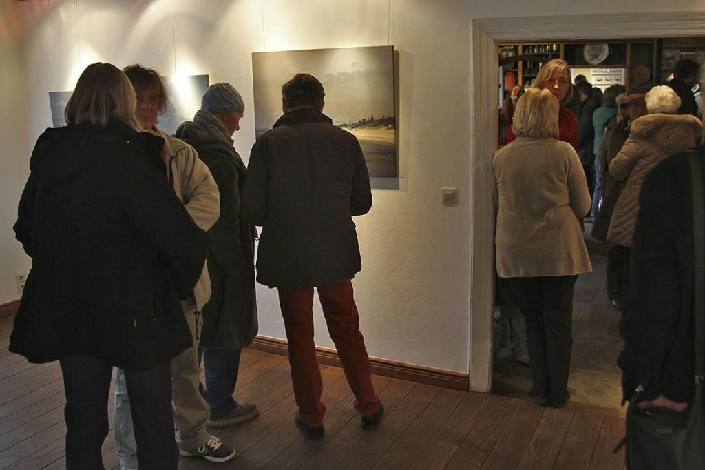 Wolfgang Claussen: Ausstellungsbesucher vor einem Bild von Ulf Petermann